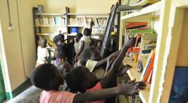 Les enfants dans la bibliothèque