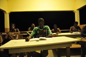 Les jeunes qui étudient dans la nuit